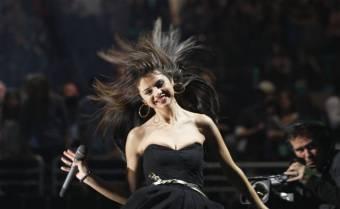 Selena haciendo playback OTRA VEZ!hasta ella se rie de su voz fea y arreglada