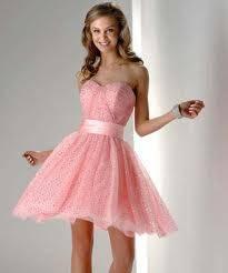 Hasta las rodillas y color rosa.