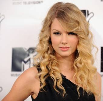 Taylor Swift 1era nominada /Por su cancion Mean