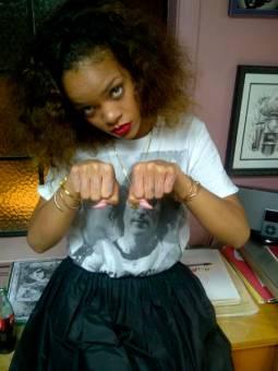 Rihanna...Cantante, compositora, bailarina, modelo, actriz, productora musical, fil�ntropa, embajadora cultural, directora de cortometrajes.