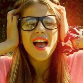 la amamos porque le quedan geniales los lentes