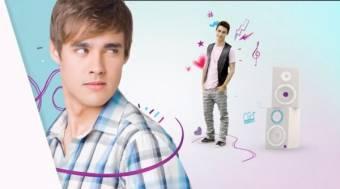 Le�n, el cantante, bailarin y pianista.