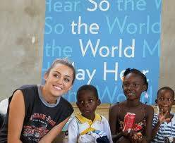 MILEY CYRUS CON CHICOS/AS DE HAITI