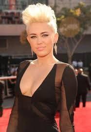 Miley ( mas o menos guapa, sin ofender, pero no le favorece el corte de pelo )