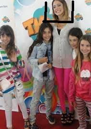 POR HACER SONRISAS FINGIDAS TODO EL TIEMPO
