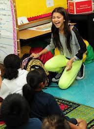 4º. Zendaya es buena con los niños.