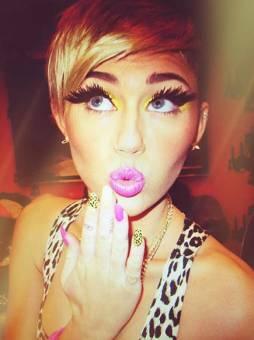 Miley Cyrus (No es fea pero no me gusta puuuffff)