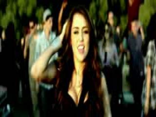 Miley cyrus canta al rededor de la gente en su video Party In The usa ORIGINAL