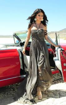 Selena gomez saliendo de un auto en su video A Year Without Rain  COPIA