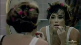 Miley cyrus mirandose en el espejo en su video Who Owns My Heart  ORIGINAL