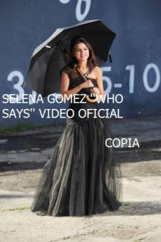 Selena gomez con un paraguas en su video Who Says  COPIA