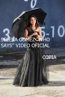 Selena gomez con un paraguas en su video Who Says  COPIA