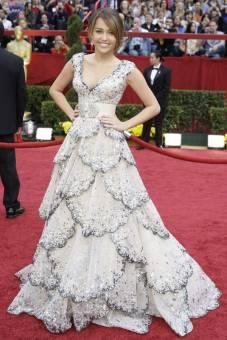 Miley Cyrus se ve mejor con vestidos largos