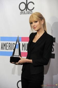 HA GANADO GRAMMYS BILLBOARD MTV AMA PCA RIAA CMA DE MUCHOS PREMIOS