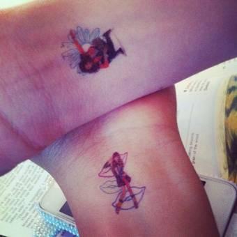 son tan grandes amigas  que se isieron tatuajes zendaya se dibujo a a bella en su mu�eca, y bella tanbien iso los mismo